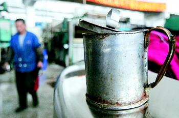 陈忠涛用铁皮自制的茶缸子喝水