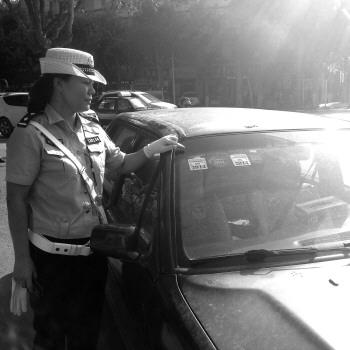 标志,还在城区主干道上行驶.21日下午,这辆红色的桑塔纳2000高清图片