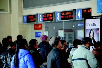 青岛火车站售票大厅购票乘客不多