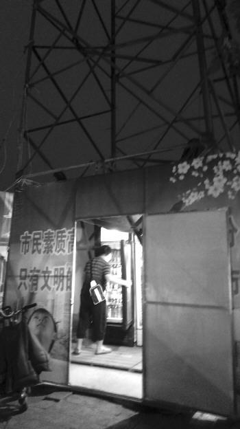 铁塔下的围挡中放着两台冷柜. 本报记者 高雯 摄