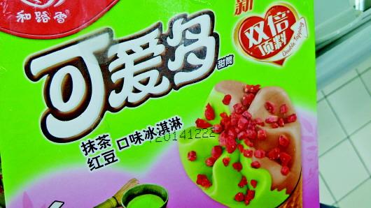 """比如,一款和路雪的""""可爱多""""抹茶红豆口味甜筒,日期标注是2014年12月22"""