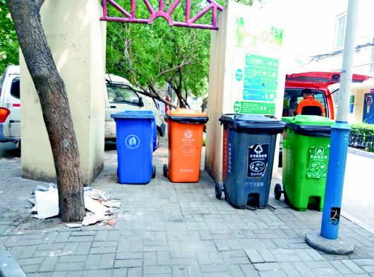 在试点小区燕山小区,4个颜色的分类垃圾桶被当做