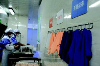 基隆路小学校长王明明告诉记者,秋季开学前,学校就把食堂安全工作