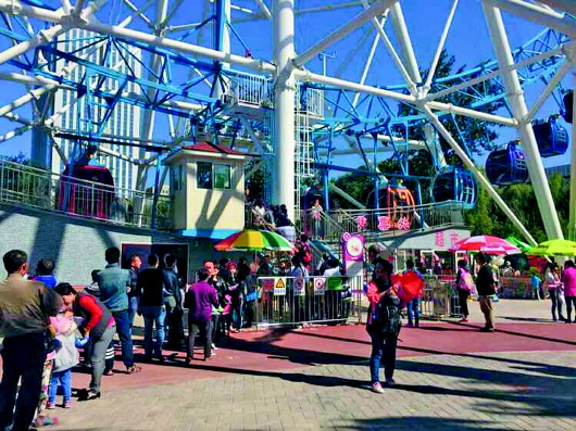 10月1日,在济南动物园内,除了游乐场有人排队外,其他地方并不拥挤