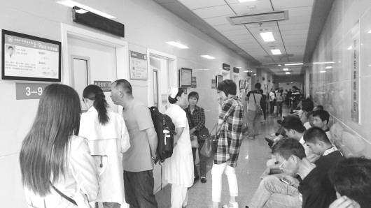 0点半,在齐鲁医院知名专家就诊区,不少患者排队等候. 本报记者
